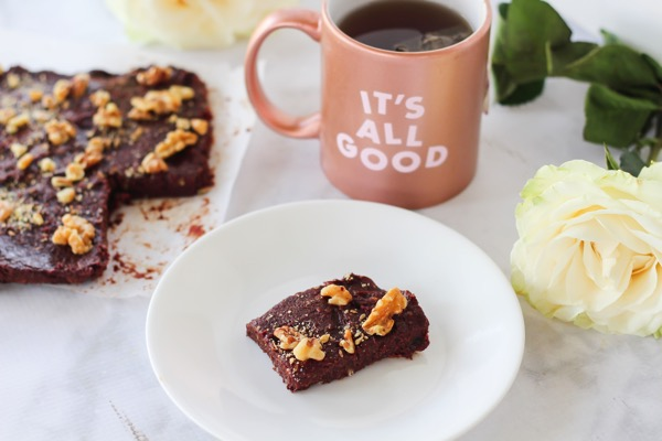 Raw vegan brownies with only 5 ingredients! These are a perfect healthy dessert option and are naturally gluten-free and vegan. No added sugar. Check out the recipe on fitnessista.com. I need these for my weekly meal prep!